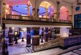 Verlichte entreehal van het koninklijk instituut van de tropen kit in amsterdam locatie met meerwaarde voor natuur mens en cultuur
