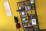 Kast tegen gele muur in vergaderruimte double purpose in nieuwerkerk aan de ijssel