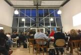 De grote zaal met publiek van ieders plak in west terschelling