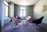 Vergaderzaal met paarse stoelen bij grytte bloemenheuvel in driebergen