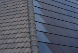 Buitenwerkplaats duurzaam dak dakpannen als zonnepanelen detail